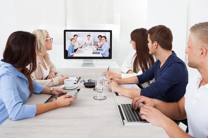 Hybrid Veranstaltung als Workshop mit einer Gruppe von Personen in einer Videokonferenz